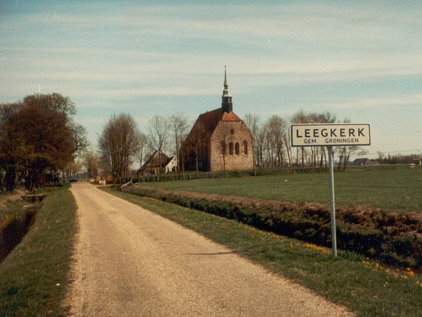 Leegkerk in landschap